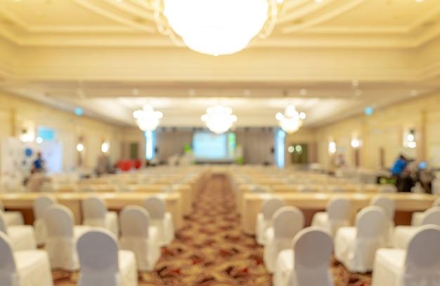ビジネスセミナーや会議イベントホールの背景がぼやけています。