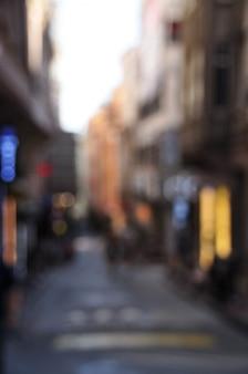 Размытый фон городской улицы. размытые дома и уличная реклама.