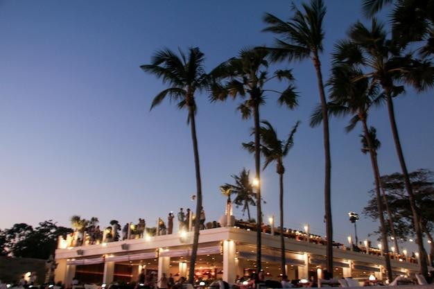 多くの人のぼやけた背景がビーチパーティーで楽しんだ。お祝いのコンセプト。