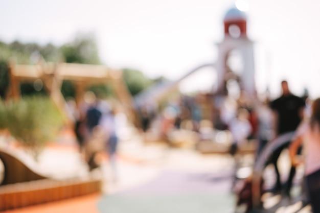 夏の日の公園の遊び場のぼやけた背景。高品質の写真