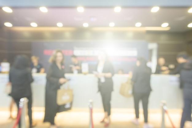 Размытый фон общественного выставочного зала. деловая выставка, ярмарка вакансий или фондовый рынок.