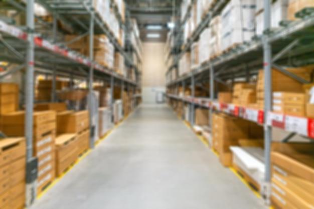 倉庫の背景がぼやけています。棚に商品が入った箱。
