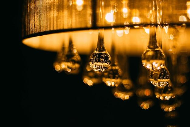 Размытый фон теплого света хрустальные стеклянные шарики сфер винтажная ретро люстра