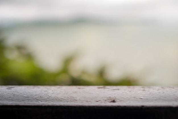Размытый фон дерево и море.