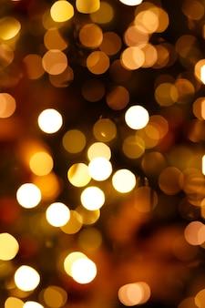 新年のツリーの点滅するライトでぼやけた背景