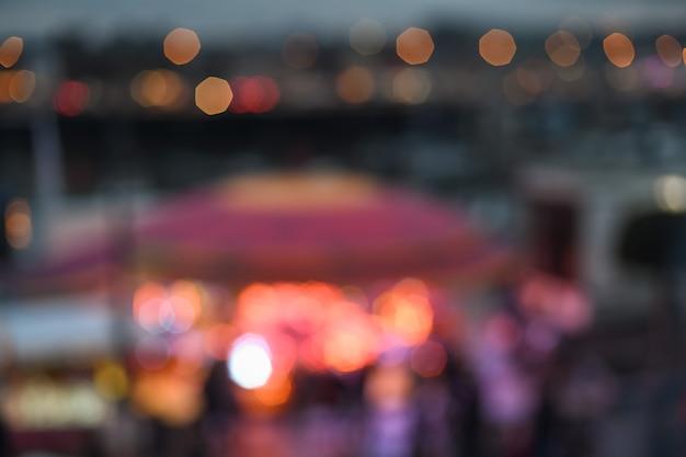 ライトのある夜の街のボケ味で背景がぼやけています。