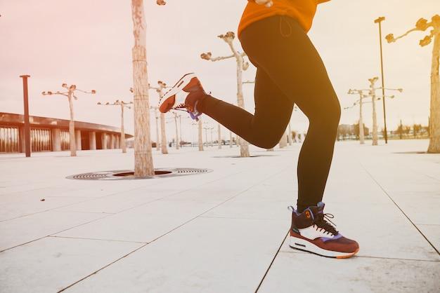 朝の時間に足を実行しているフィットネススポーツでぼやけた背景。インスピレーションと動機付けのテキストとメモのためのコピースペース