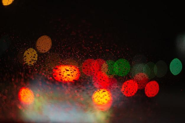 Размытый фон с каплями дождя и огнями