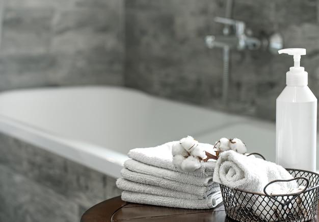 흐리게 욕실 인테리어와 깨끗한 접힌 수건 세트 공간을 복사합니다. 위생 및 건강 개념.