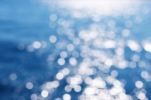 배경, 자연 배경 개념에 대한 흐릿한 푸른 바다 물. 올해의 색상. 디자인에 대 한 아름 다운 파란색 배경입니다.