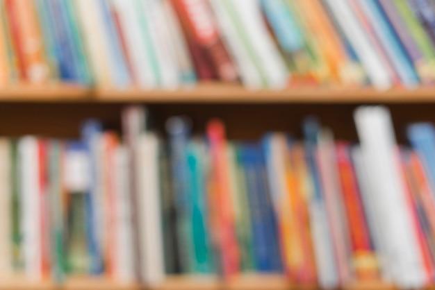 Размытые книги в книжном шкафу