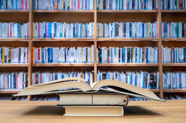 흐리게 책장과 책상에 책. 교육 개념.