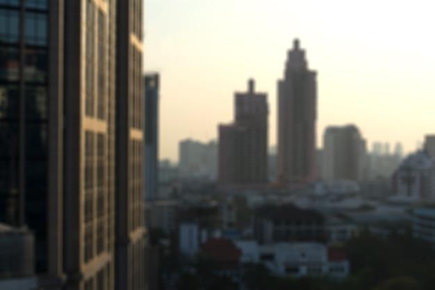 夜の光にぼやけている建物。
