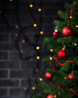 Размытая рождественская композиция с украшенной елкой