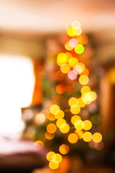 객실 내부의 흐릿한 크리스마스 트리 조명