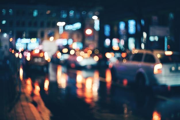 夜のぼやけた街。ボケ