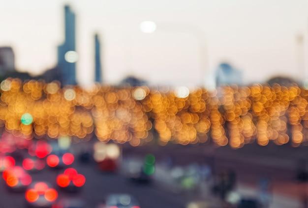 さまざまなボケ味のライトでぼやけた街並みの背景