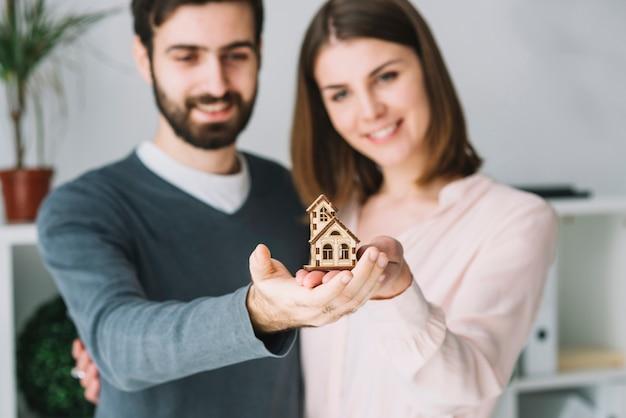 おもちゃの家を保持するぼかしカップル