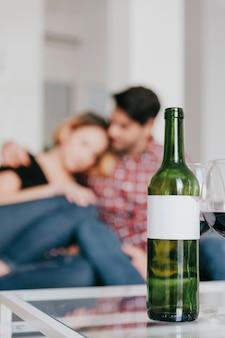 Размытые пары, глядя на вино