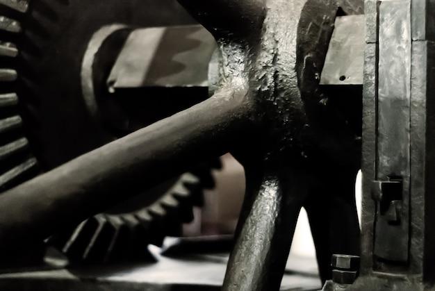 Размытый темный фон - фрагмент старого парового двигателя