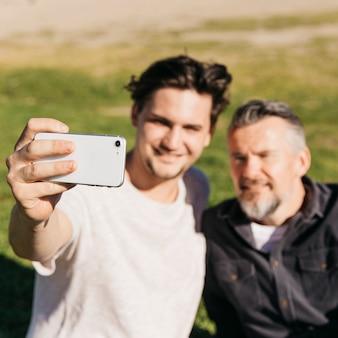 Offuscata padre e figlio prendendo selfie