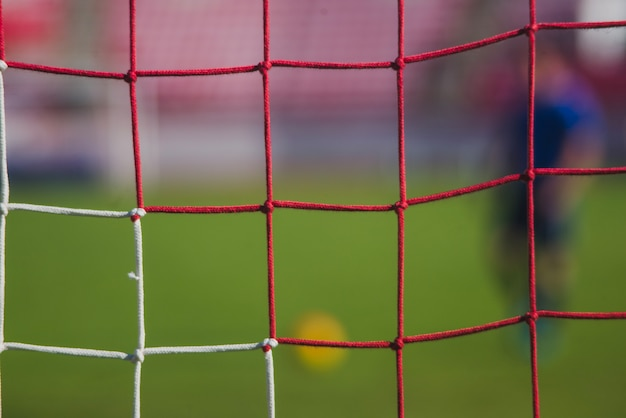ぼんやりしたサッカー選手のシーン