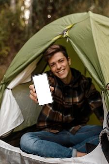 Затуманенное счастливый кемпинг человек в лесу