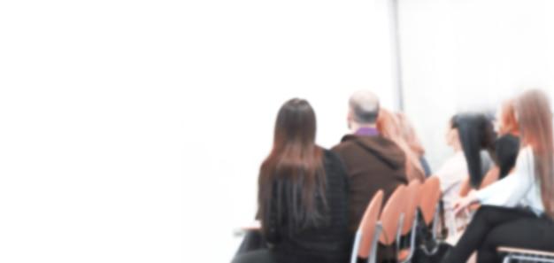 Размытое изображение рекламного текста. фото с копией пространства. аудитория в конференц-зале смотрит на пустой экран