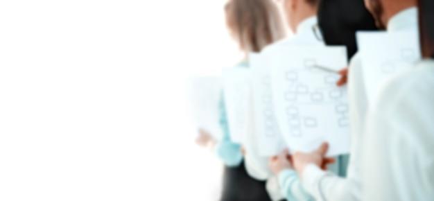 광고 텍스트의 흐릿한 이미지입니다. 복사 공간이 있는 사진. 사무실에 서 있는 마케팅 계획을 가진 비즈니스 팀