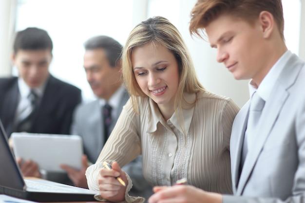 재무 일정 작업을 하는 비즈니스 팀의 흐릿한 이미지.