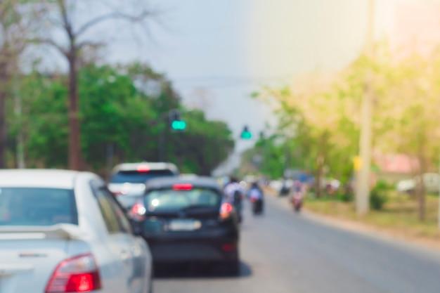 신호등에 주차된 자동차의 흐릿한 이미지.