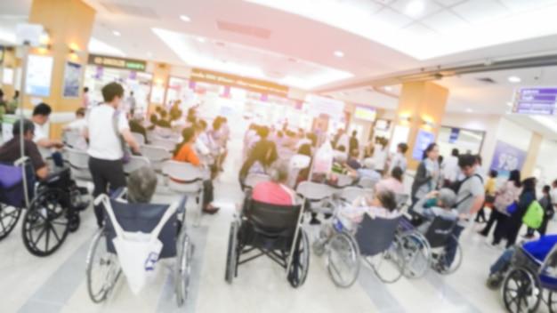 Размытое изображение опознанных людей, ожидающих врача в больнице