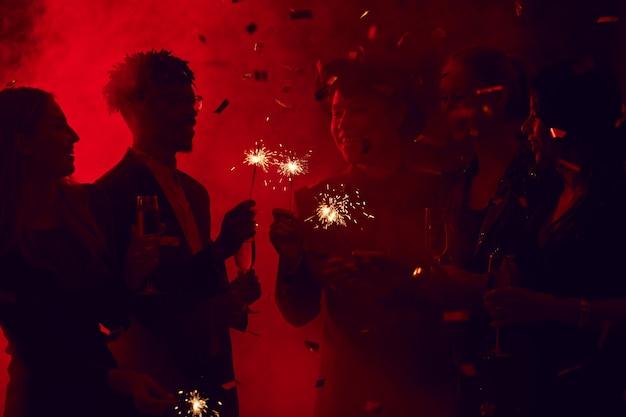 Размытое изображение людей в ночном клубе