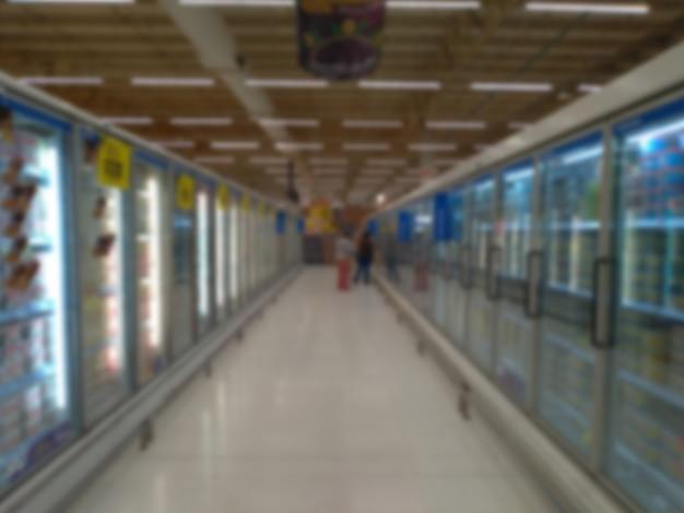 スーパーマーケットの冷蔵庫の通路のぼやけた画像