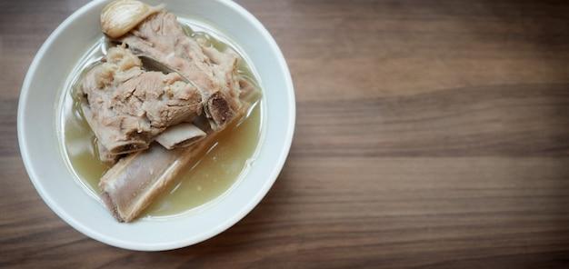 Bah kut teh 돼지 갈비 또는 돼지 뼈 수프의 흐릿한 이미지 이 메뉴는 매우 인기 있고 가장 유명합니다.