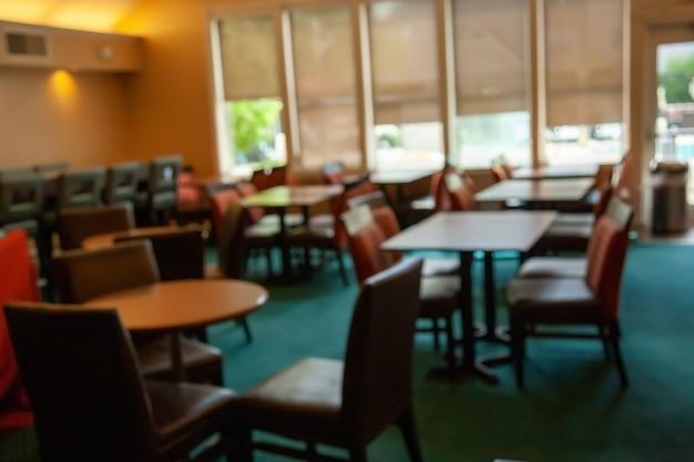 ボケ味の背景を持つレストランでぼやけています。