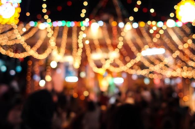 Размытые огни карнавала ночью