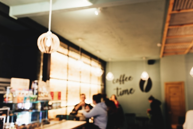 Затуманенное кафе чердак с бариста и клиентом.