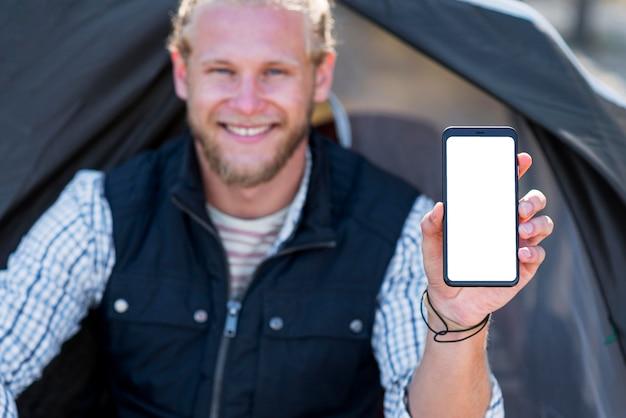 垂直コピースペース携帯電話を保持しているぼやけた男