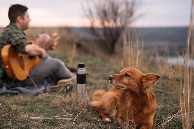 Затуманенное человек с милой собакой