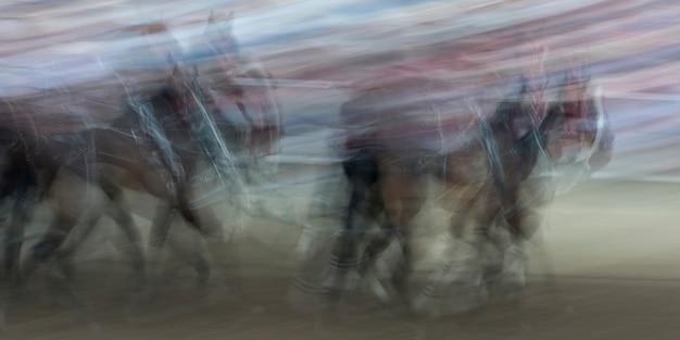 カルガリー・スタンピード、カルガリー、アルバータ州、カナダでのチャックワゴンレースのぼやけた動き