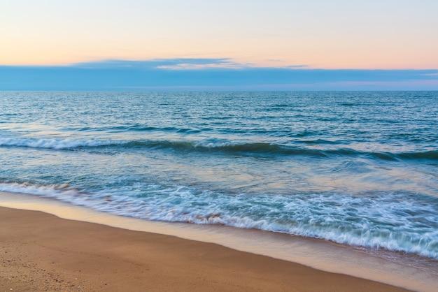 해변에서 파도의 흐릿한 움직임