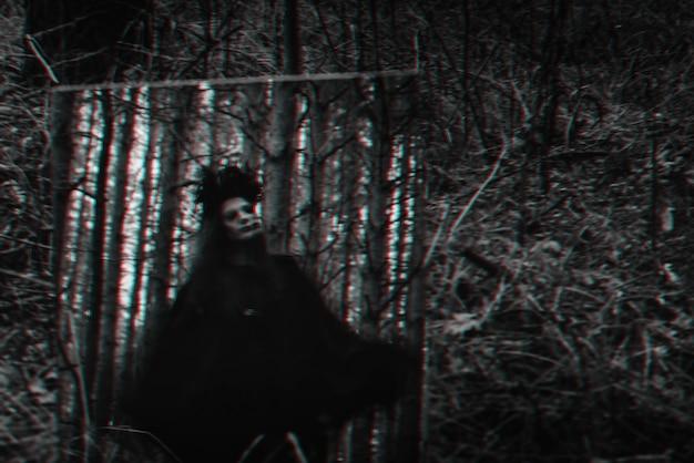 Размытый мистический силуэт злой страшной ведьмы в зеркале. черно-белый с эффектом виртуальной реальности 3d глюк