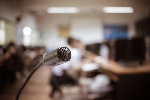Размытый микрофон микрофона, микрофон в конференц-зале