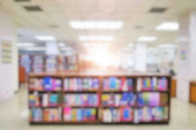 책장에서 책을 공공 도서관의 내부 흐리게.