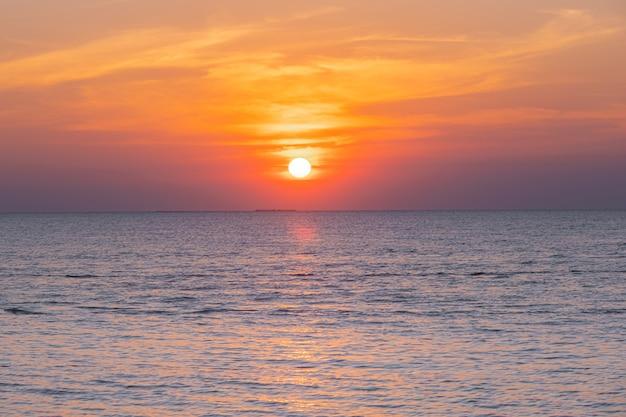 해변에서 바다 위에 열 대 다채로운 일몰의 흐리게