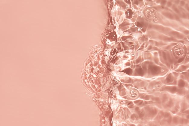 흐리거나 초점이 흐려진 투명한 맑은 물 핑크색 액체의 맑은 물 표면