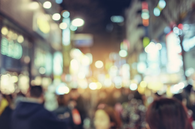 大阪、難波地区の道頓堀路をぼやけている。