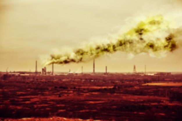 흐릿한 사진입니다. 자연의 오염입니다. 스모그가 있는 공장. 초점이 맞지 않는 흐릿한 아트 이미지입니다. 공기 중 위험한 연기.