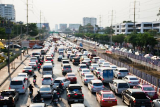 저녁 시간에 러시아워에 교통 체증의 흐릿한 그림.